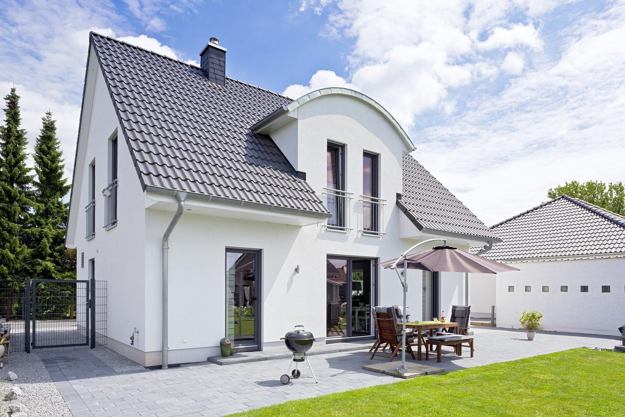 Heinz von Heiden Einfamilienhaus Satteldach weißer Putz Tonnendachgaube Garten