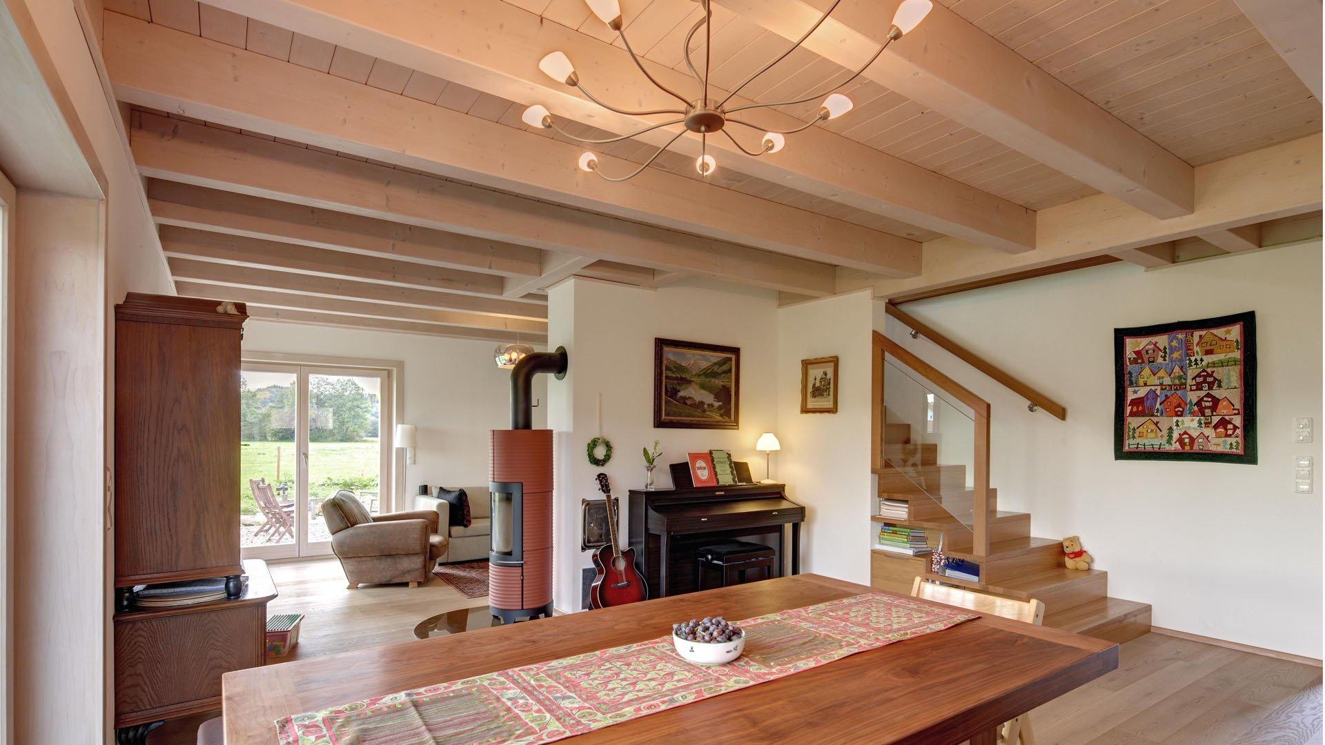 Wohn-/Esszimmer mit Treppenhaus