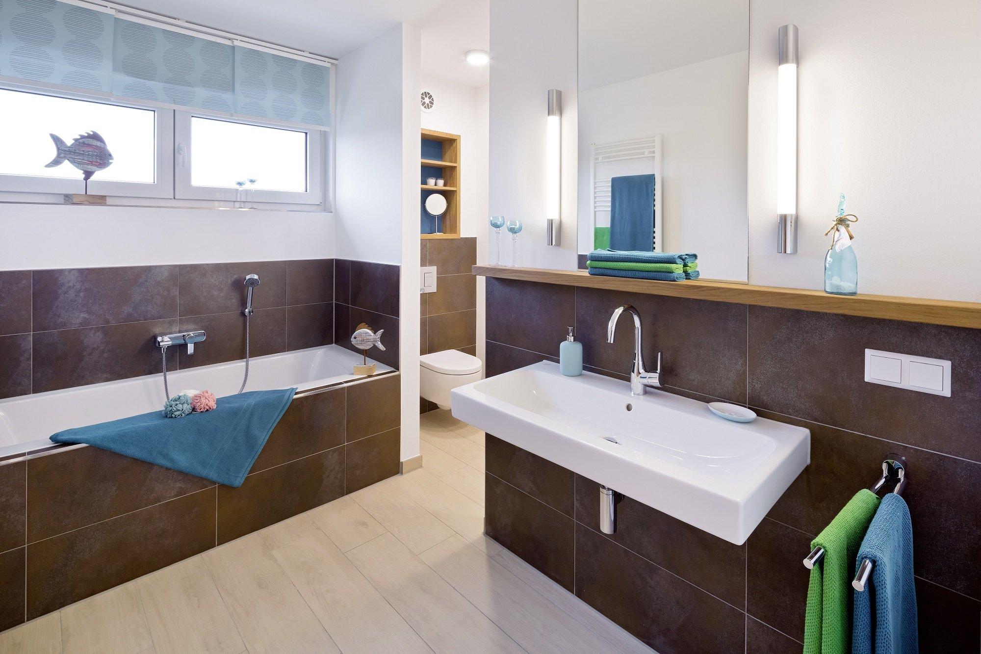 Badezimmer Badewanne Dusche großer Waschtisch schmale Fenster als Oberlicht
