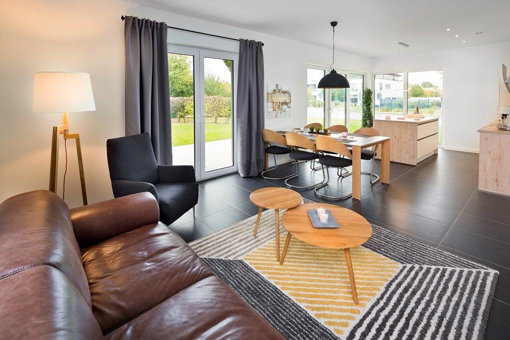 offener Wohnbereich mit Küche und Essecke bodentiefe Fenster