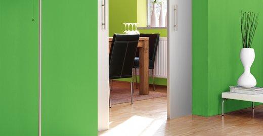 Grüne Nuancen lassen sich vor allem mit pudrigen Pastelltönen und hellem Grau wunderbar kombinieren.