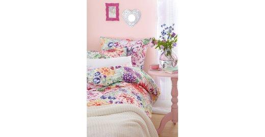 """Stress lass' nach: Mit dem sanften Rosé-Ton """"Mandelblüte"""" der Alpina-Farbrezepte verströmt der Raum gleich eine einladende Gemütlichkeit und eine fröhliche Unbeschwertheit."""