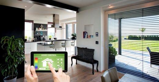 Über eine App lassen sich Fenster, Haustüren und Jalousien von Kneer-Südfenster im Smart Home via Smartphone oder Tablet öffnen und schließen.