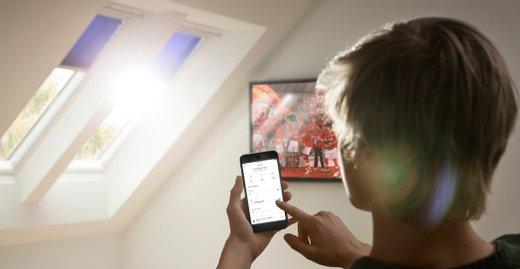 Das sensorgesteuerte System Velux Active sorgt automatisch für ein optimales Raumklima im Dachgeschoss. Zudem kann man per App die Fenster, Rollläden und Markisen überwachen und fernsteuern.