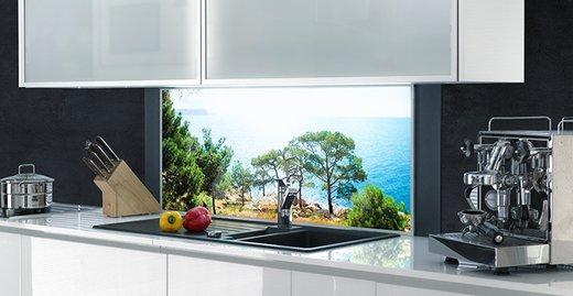 Individuelle Motive sind bei der Gestaltung einer Küchenrückwand realisierbar.
