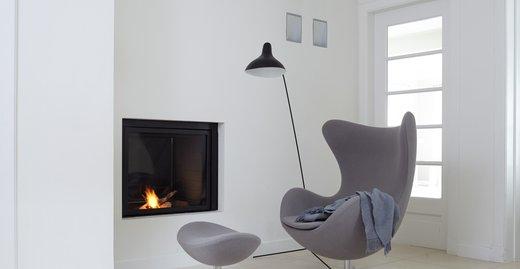 """Eine sparsame Möblierung verhilft kleinen oder dunklen Räumen zu mehr Weite. Die klassische Farbgestaltung an Wand und Decke in reinem Weiß unterstützt den """"luftigen"""" Eindruck."""