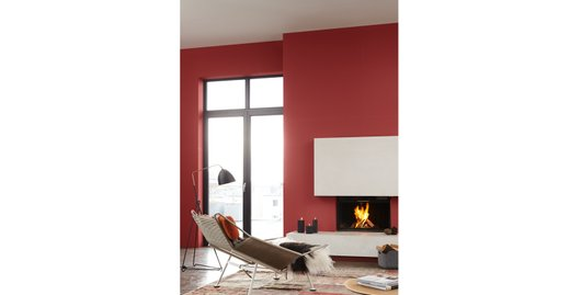 """Die Akzentwand, in Alpina Feine Farben No. 22 """"Befreiter Feuervogel"""" gestrichen, repräsentiert zusammen mit dem Einsatz ausgesuchter Naturmaterialien den Stil des urbanen Minimalismus."""