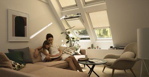 Das Plissee sperrt blendendes Sonnenlicht aus und schafft eine harmonische Lichtstimmung.