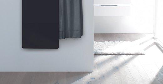 Der neue Design-Heizkörper Zehnder Deseo Verso fasziniert durch sein elegantes und zugleich zeitloses Design kombiniert mit cleverer Funktionalität: Dank bis zu zwei ausziehbarer Handtuchhalter auf der Rückseite des Design-Heizkörpers verschwinden die Handtücher dezent hinter der edlen Glasheizfläche und sorgen so für schnelle Ordnung im Badezimmer.
