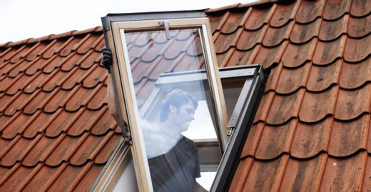 Ein Fachhandwerker erledigt den Fensteraustausch in wenigen Stunden.