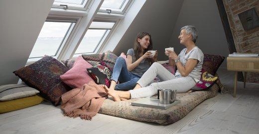 In Deutschland leiden 65 Prozent der Menschen unter zu wenig Tageslicht im Winter. Umso wichtiger ist es, viel Tageslicht in die eigenen vier Wände zu lassen wie hier mit der Kombination zweier Lichtbänder.