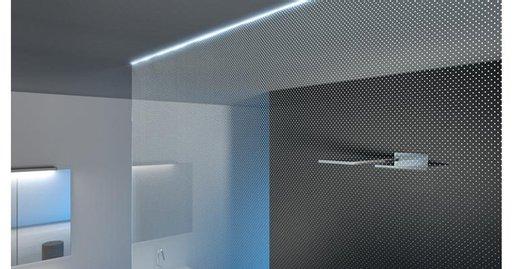 Kleine LED Lichtpunkte strahlen auf der Duschabtrennung.