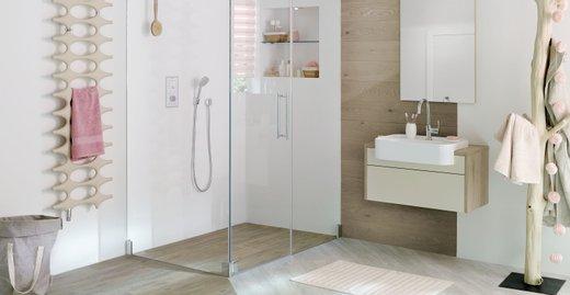 Mit den maßlich flexiblen LINE XXL-Zuschnitt-Boards von Kermi lassen sich individuelle großzügige Duschbereiche vor Ort realisieren – und das ganz ohne langwierige und teure Maßanfertigungen.