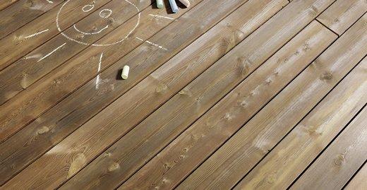 Kebony Holz ist pflegeleicht, kleine Kleckereien lassen sich ganz einfach mit einem feuchten Tuch abwischen.