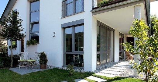 Die robuste Außenschale bei Aluminium-Kunststoff-Fenstern garantiert Witterungsbeständigkeit und verleiht der Fassade ein elegantes und modernes Erscheinungsbild.