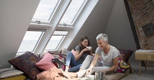 Tageslicht macht gute Laune: Mit großen Lichtlösungen wie dem Velux Quartett, das vom Boden bis zur Decke reicht, können die Bewohner von den positiven Effekten des Sonnenlichts profitieren – und gezielt der Winterdepression entgegenwirken.