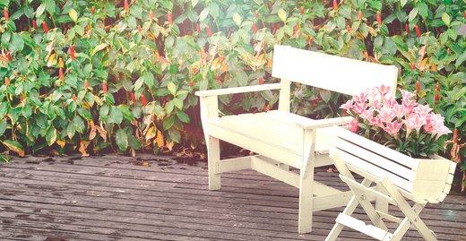 Lieblingsplatz: Die Sitzecke ist im Sommer aus dem Garten nicht wegzudenken. Den richtigen Schutz vor schädigenden Einflüssen verleiht ein strapazierfähiger Lackanstrich.