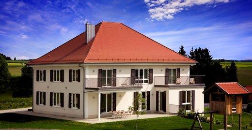 Wohnen und Leben mit Holz ist ökologisch sinnvoll und sorgt für Atmosphäre und Behaglichkeit im Haus, beispielsweise mit Fenstern aus dem nachwachsenden Rohstoff.