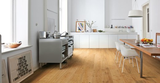 Als perfektes Parkett für die Küche eignen sich vor allem Parkettböden mit einem Naturöl-Finish, wie z.B. der NaturaLin – Oberfläche von HARO Parkettböden