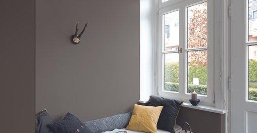 """Helle Räume sind typisch für den skandinavischen Stil. In Verbindung mit natürlichen Textilien und metallischen Accessoires erzeugen Wände im Farbton """"Stärke der Berge"""", einem zeitlosen Grau, eine ruhige, geborgene Raumstimmung."""