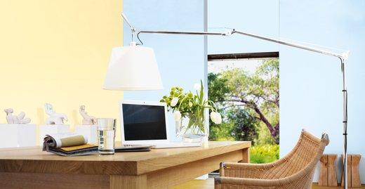 """Dieses Arbeitszimmer erstrahlt im Blauton """"Stilles Wasser"""". In Kombination mit Pastellgelb wirkt es frisch und beruhigend zugleich."""