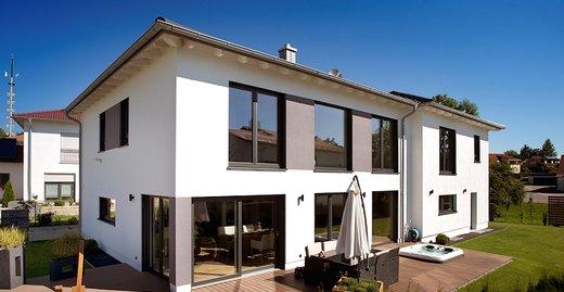 Der Neubau in der dörflichen Idylle im oberbayerischen Landkreis Pfaffenhofen ist ein Massivholzhaus, das sich gut in die ländliche Umgebung einfügt.
