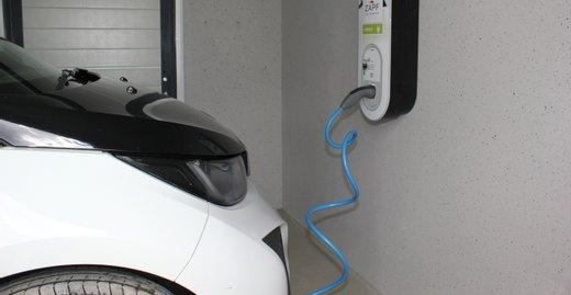 Die ZAPF-GmbH bietet mit der ZAPF-Wallbox eine Stromtankstelle für Garagen, die auch bei einer Modernisierung nachgerüstet werden kann.