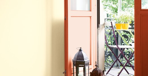"""Kreativ mit Alpina """"Buntlack für Innen"""": Die alte Balkontür macht mit dem orangeroten Anstrich eine Menge her."""