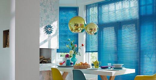 Farbenfrohe Luxaflex®-Jalousie im Essbereich