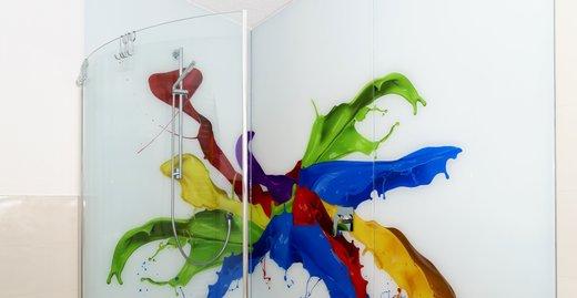 Begehbare Dusche mit 3-teiliger Duschrückwand und gebogener klappbarer Glastür, ESG 8 mm Weißglas bedruckt