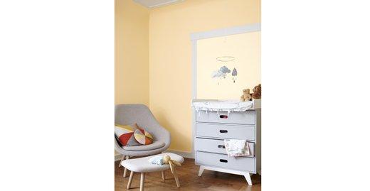 Hell und leicht verströmen die Apricottöne Seesternorange und Kängurubeige aus der Kollektion Alpina Farbenfreunde Geborgenheit – ideal für das Babyschlafzimmer.