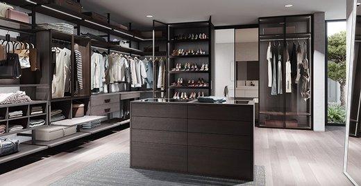 Begehbarer Kleiderschrank als Ankleidezimmer. Alurahmendrehtür RPS,  Innensysteme Uno und Legno und Sideboard Ligran.