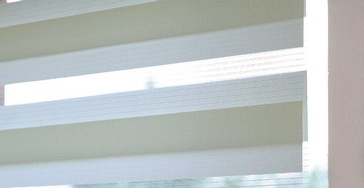 Parallel laufende Stoffbahnen des Doppelrollos für die stufenlose Regulierung des Tageslichts.