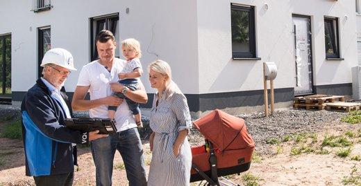 Die meisten jungen Familien bauen zum ersten Mal. Da ist es ein sicheres Gefühl, wenn die Bauqualität professionell geprüft wird.