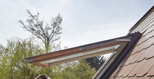 Die Lichtlösung Velux Cabrio ermöglicht durch das Ausklappen der Fensterflügel den Schritt ins Freie.