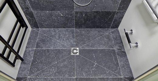 Das neue POINT XXL-Zuschnitt-Board eignet sich hervorragend für die Realisierung von individuellen, großzügigen Duschbereichen mit Punktablauf.