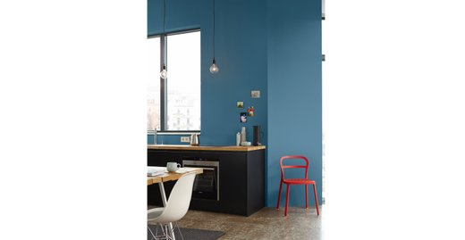 """Urbaner Chic trifft auf Statementfarbe! Gerade minimalistische Küchen profitieren von einer satten Farbgebung wie hier mit Alpina Feine Farben No. 13 """"Stolzer Wellenreiter""""."""