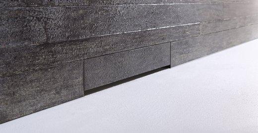 Fließender Übergang: Die befliesbare Blende versteckt den Wandablauf: Was bleibt, ist reine Funktion – die Technik dazu ist unsichtbar.