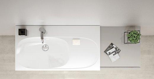 Auf dem Waschtisch mit integrierter Ablagefläche auf der rechten Seite können Badaccessoires platziert werden.