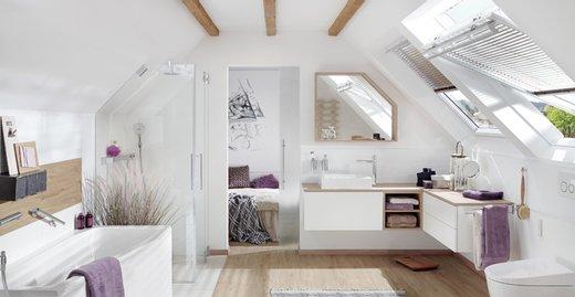 Das viele Tageslicht, das durch die Kombination zweier Dachfenster fällt, lässt das Bad gleich viel freundlicher und großzügiger wirken. So wird das Badezimmer zur Wellness-Oase.