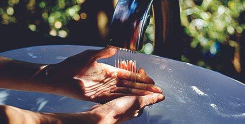 Weich und mit einem präzisen Strahlbild fließt der Strahl der Automatikarmatur über die Hände. Dahinter steht eine ausgefeilte TOTO Technik: Soft Flow.