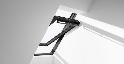"""Das """"Schwingfenster Black"""" setzt mit einem komplett schwarzen Rahmen einen besonderen Akzent in der Raumgestaltung."""