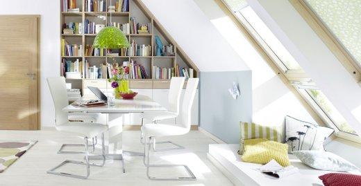 Auch mit Einbauschränken und Regalsystemen nach Maß lässt sich der Platz unter der Dachschräge optimal nutzen. Durch die Einrichtung in konsequent hellen Tönen wirkt der Raum zusätzlich größer.
