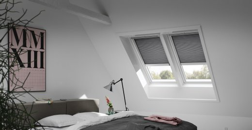 Wabenplissees lassen sich nicht nur frei und stufenlos am Dachfenster positionieren, sondern verbessern außerdem die Wärmedämmung am Dachfenster.