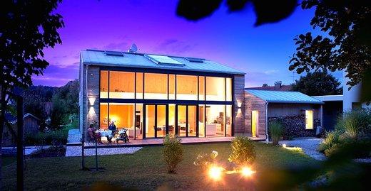 Nachhaltig und barrierefrei gebaut: modernes Holzhaus mit Glasfassade als Blickfang.