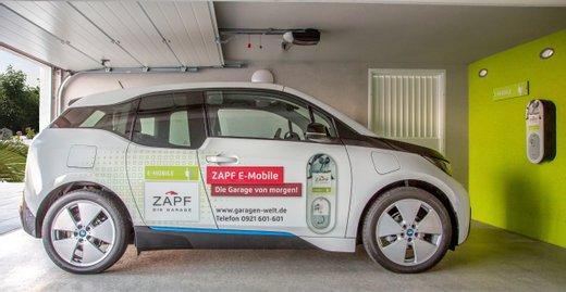 Die E-Garage von ZAPF verfügt über eine Wallbox, mit der man Elektrofahrzeuge ganz bequem zu Hause aufladen kann.