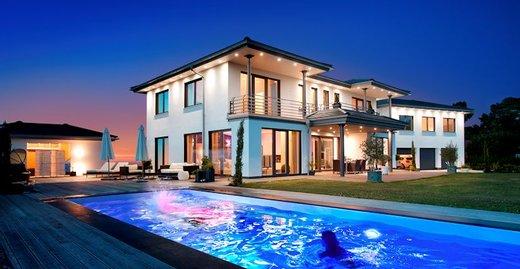 Zur Gestaltung moderner Glasarchitektur ist die Kombination Aluminium-Holz bei Fenstern und Hebe-Schiebe-Türen erste Wahl.