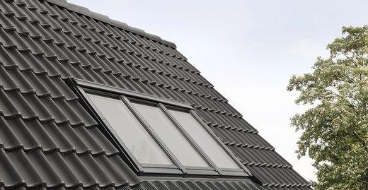 """Elegante Optik: Mit seinen schlanken Profilen fügt sich das neue Studio-Fenster """"3 in 1"""" harmonisch in das geneigte Dach ein."""