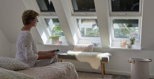 Gute Nacht Unterm Dach. Rollläden Verhindern, Dass Die Energiereichen  Sonnenstrahlen Auf Die Scheibe Treffen Und Das Schlafzimmer Aufheizen.