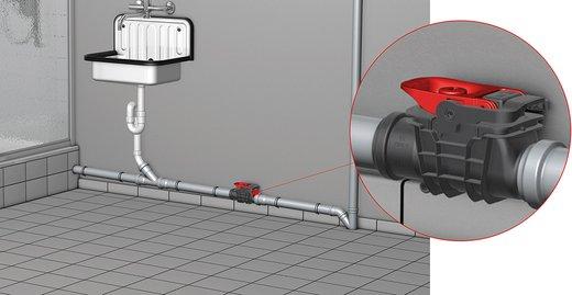 Der Rückstauverschluss für fäkalienfreies Abwasser ACO Triplex von ACO Haustechnik, hier mit Nennweite DN 50 eingebaut in einer frei liegenden Rohrleitung.